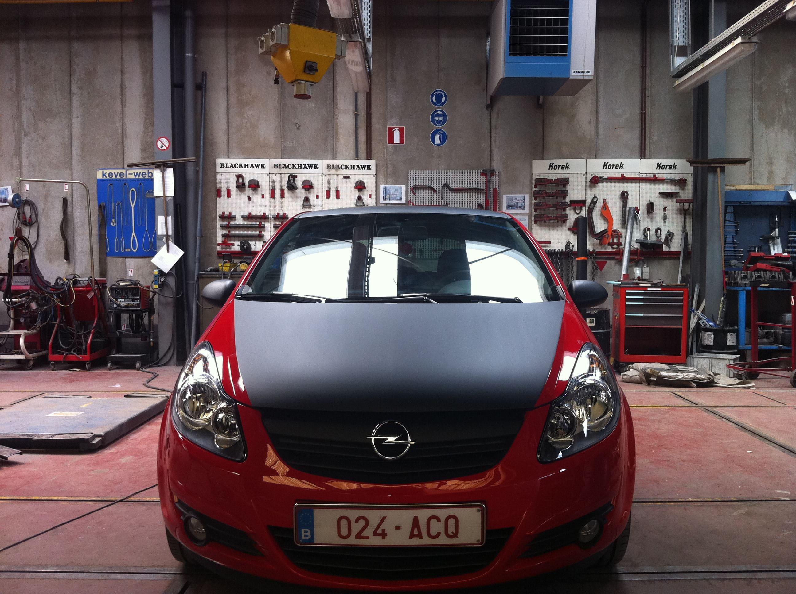 Rode Opel Corsa met Mat Zwarte Accenten, Carwrapping door Wrapmyride.nu Foto-nr:7544, ©2021