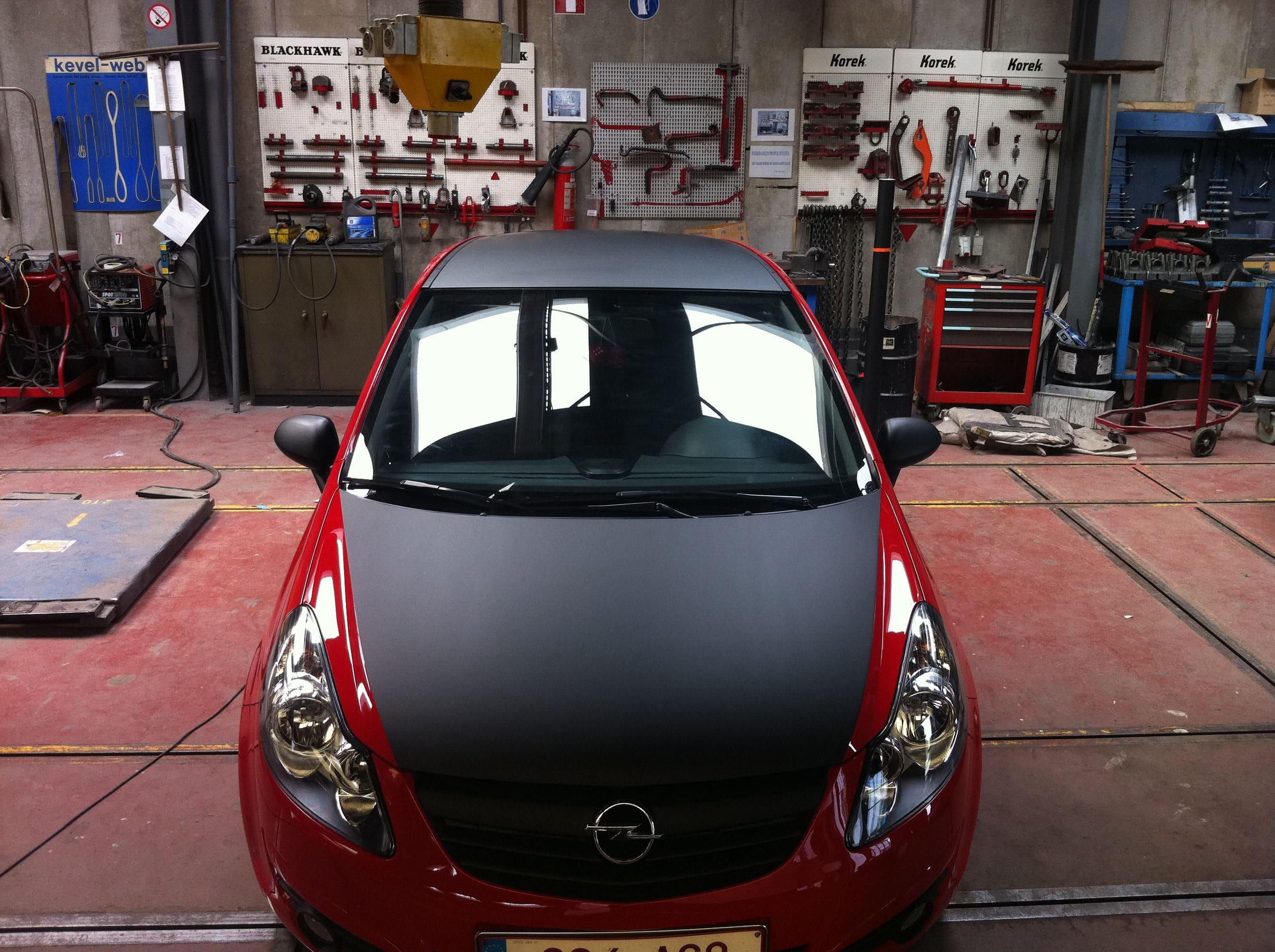 Rode Opel Corsa met Mat Zwarte Accenten, Carwrapping door Wrapmyride.nu Foto-nr:7546, ©2021