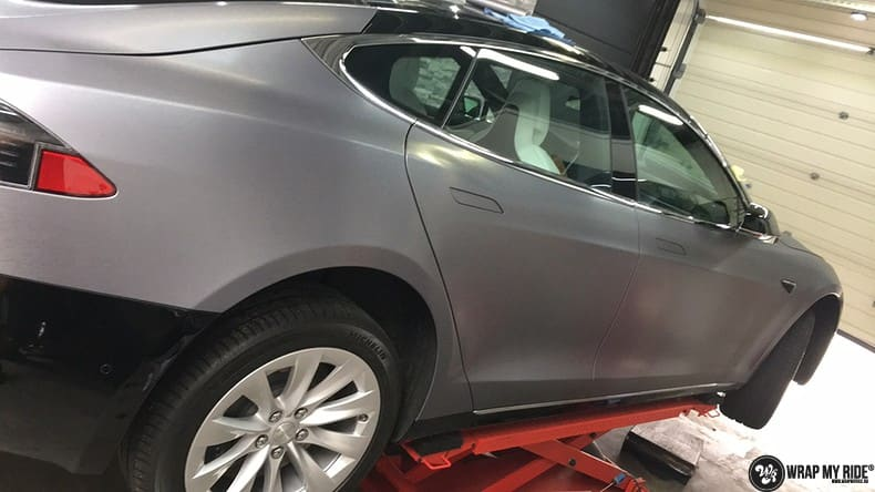 Tesla Model S brushed steel, Carwrapping door Wrapmyride.nu Foto-nr:9966, ©2018
