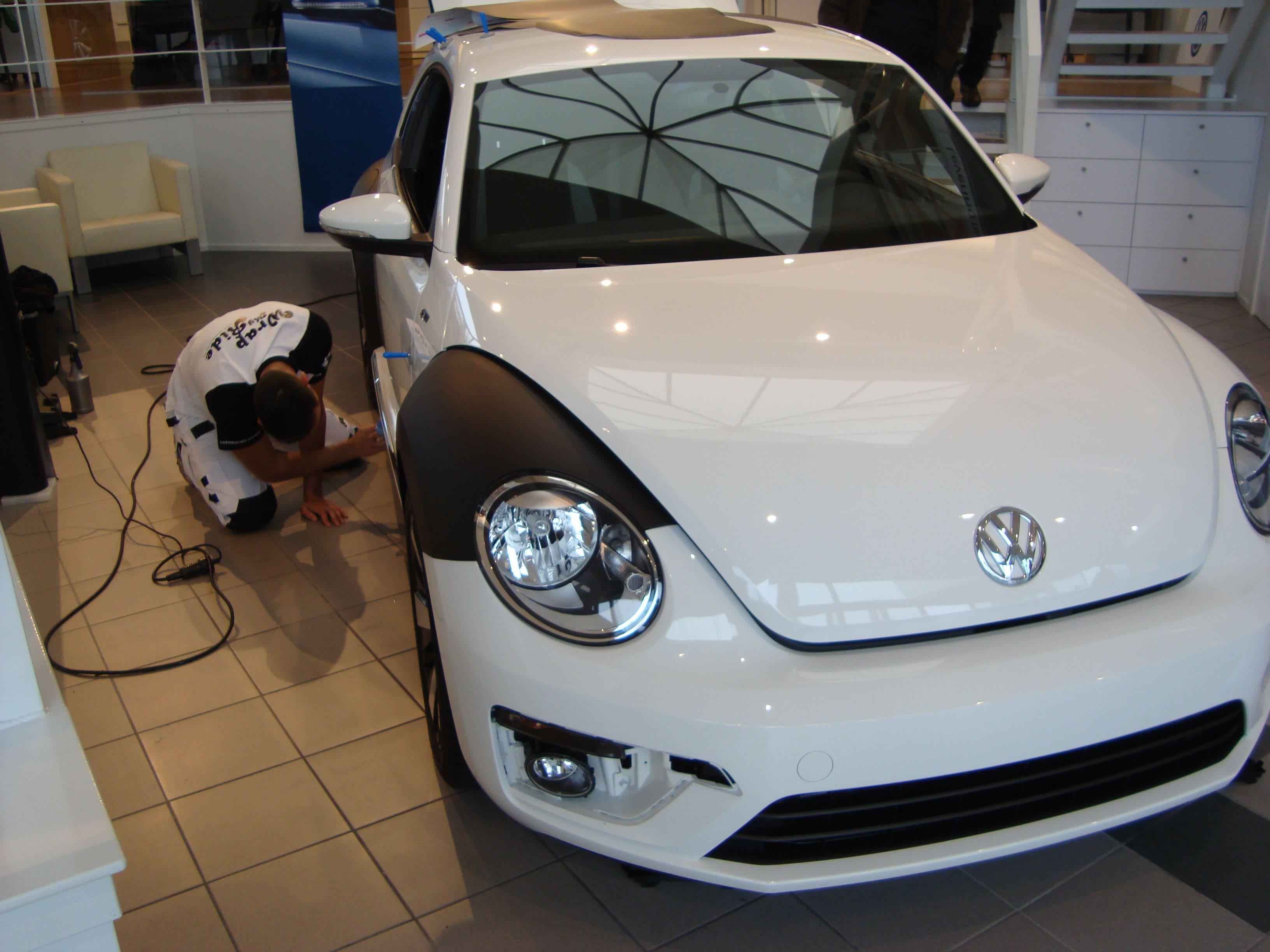 Volkswagen Beetle R-Line met een Witte Wrap met Zwarte Accenten, Carwrapping door Wrapmyride.nu Foto-nr:7285, ©2021