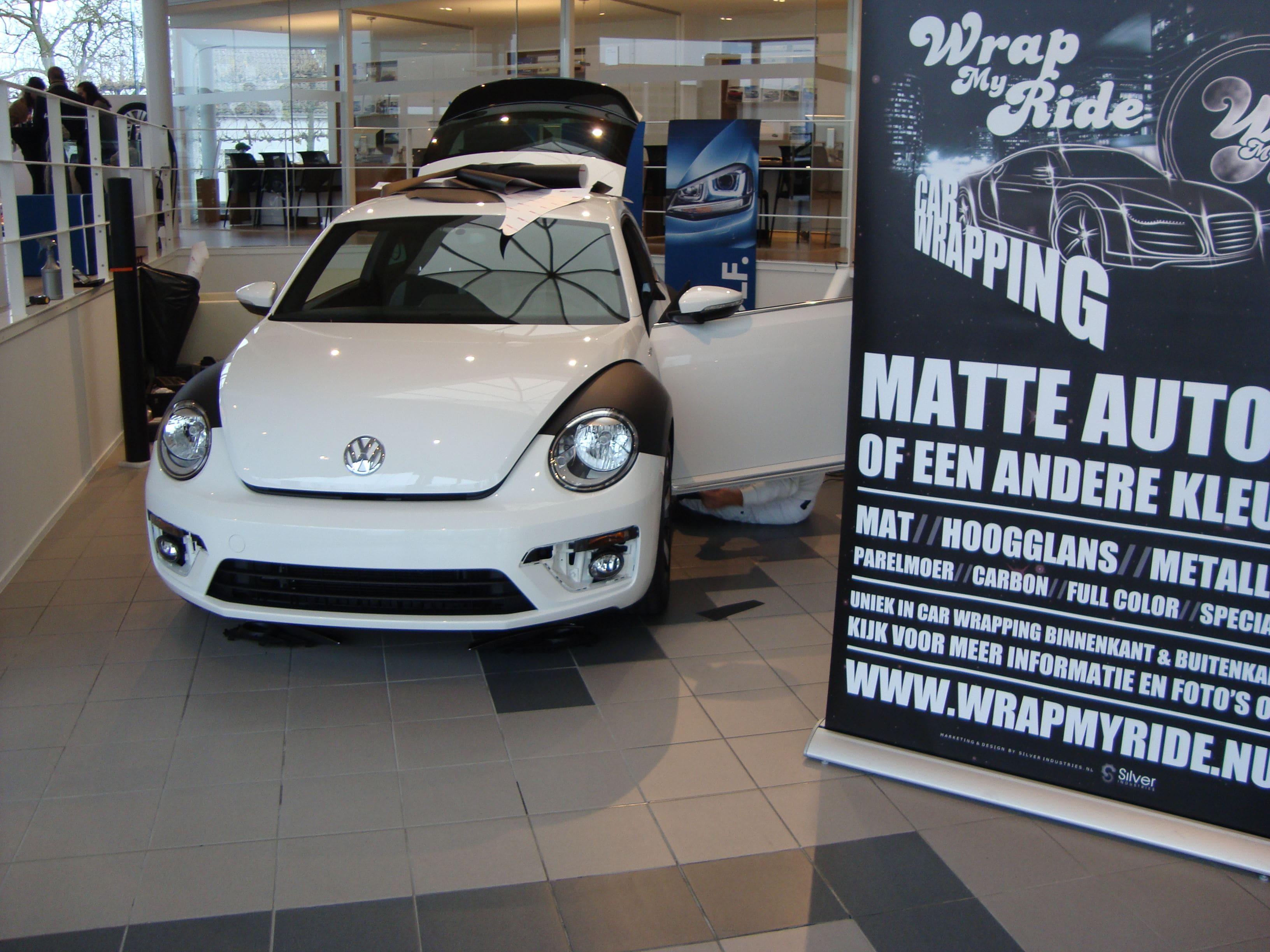 Volkswagen Beetle R-Line met een Witte Wrap met Zwarte Accenten, Carwrapping door Wrapmyride.nu Foto-nr:7286, ©2021