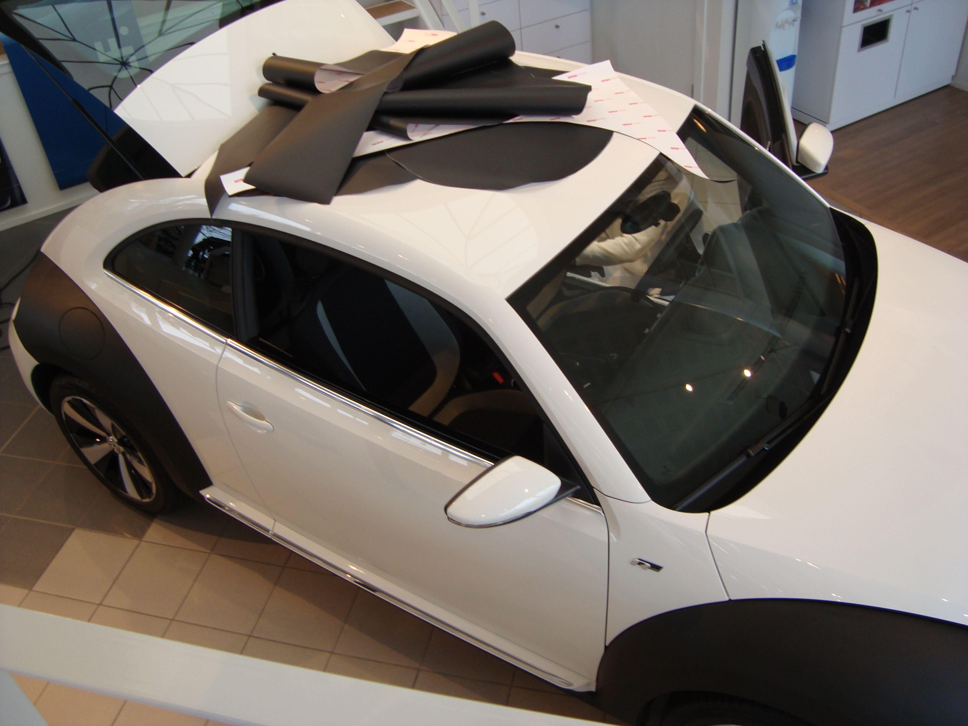 Volkswagen Beetle R-Line met een Witte Wrap met Zwarte Accenten, Carwrapping door Wrapmyride.nu Foto-nr:7287, ©2021