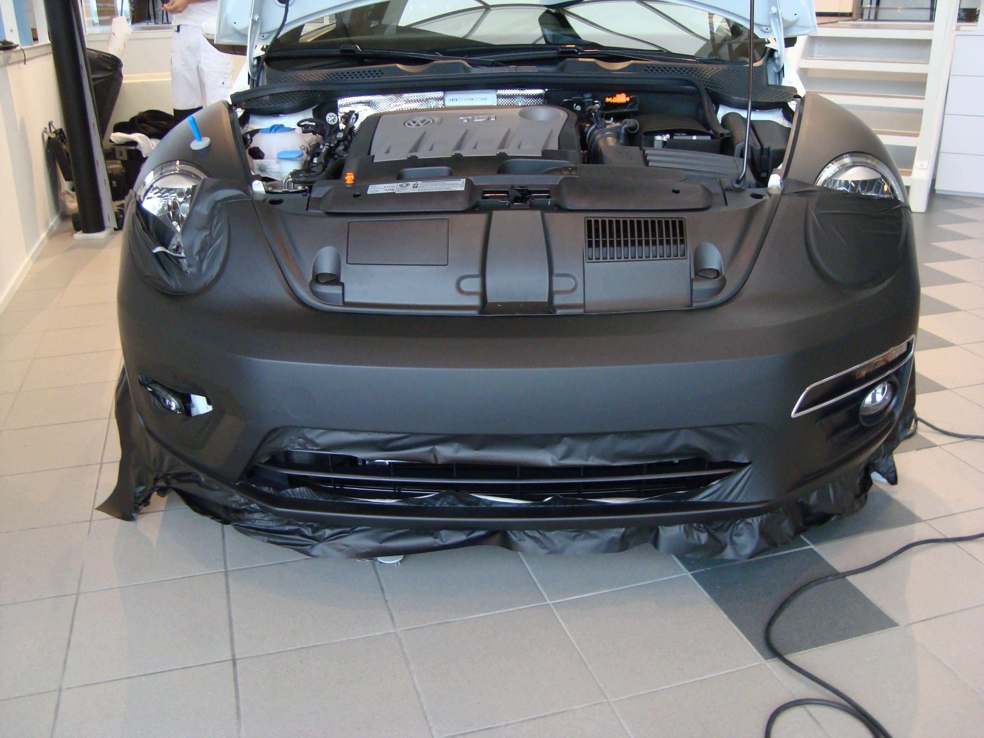 Volkswagen Beetle R-Line met een Witte Wrap met Zwarte Accenten, Carwrapping door Wrapmyride.nu Foto-nr:7288, ©2021
