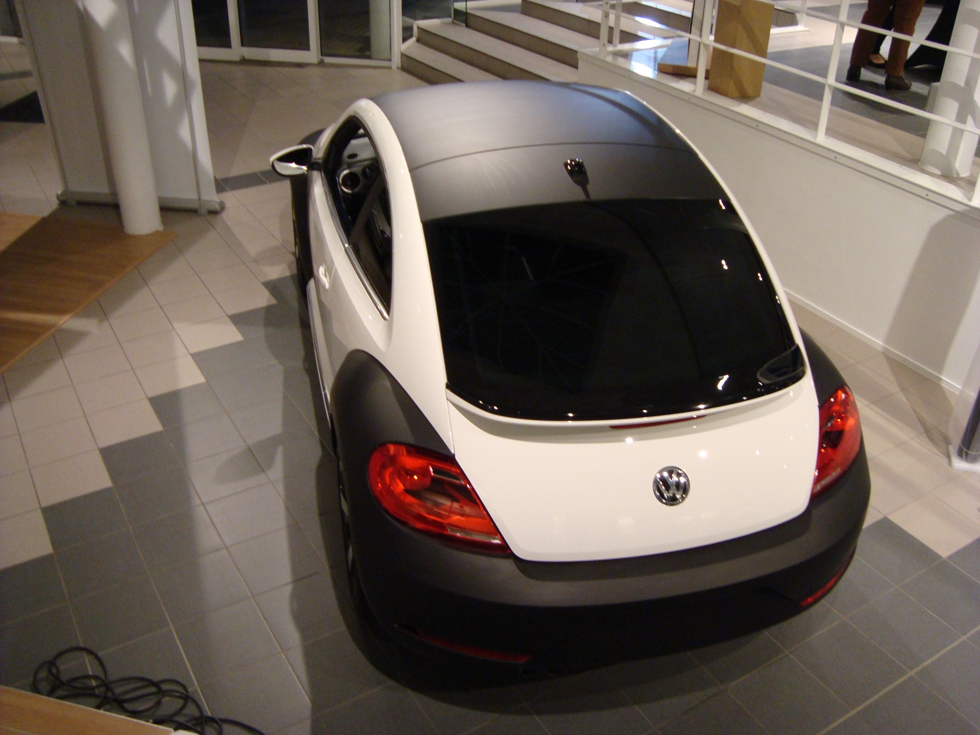 Volkswagen Beetle R-Line met een Witte Wrap met Zwarte Accenten, Carwrapping door Wrapmyride.nu Foto-nr:7289, ©2021