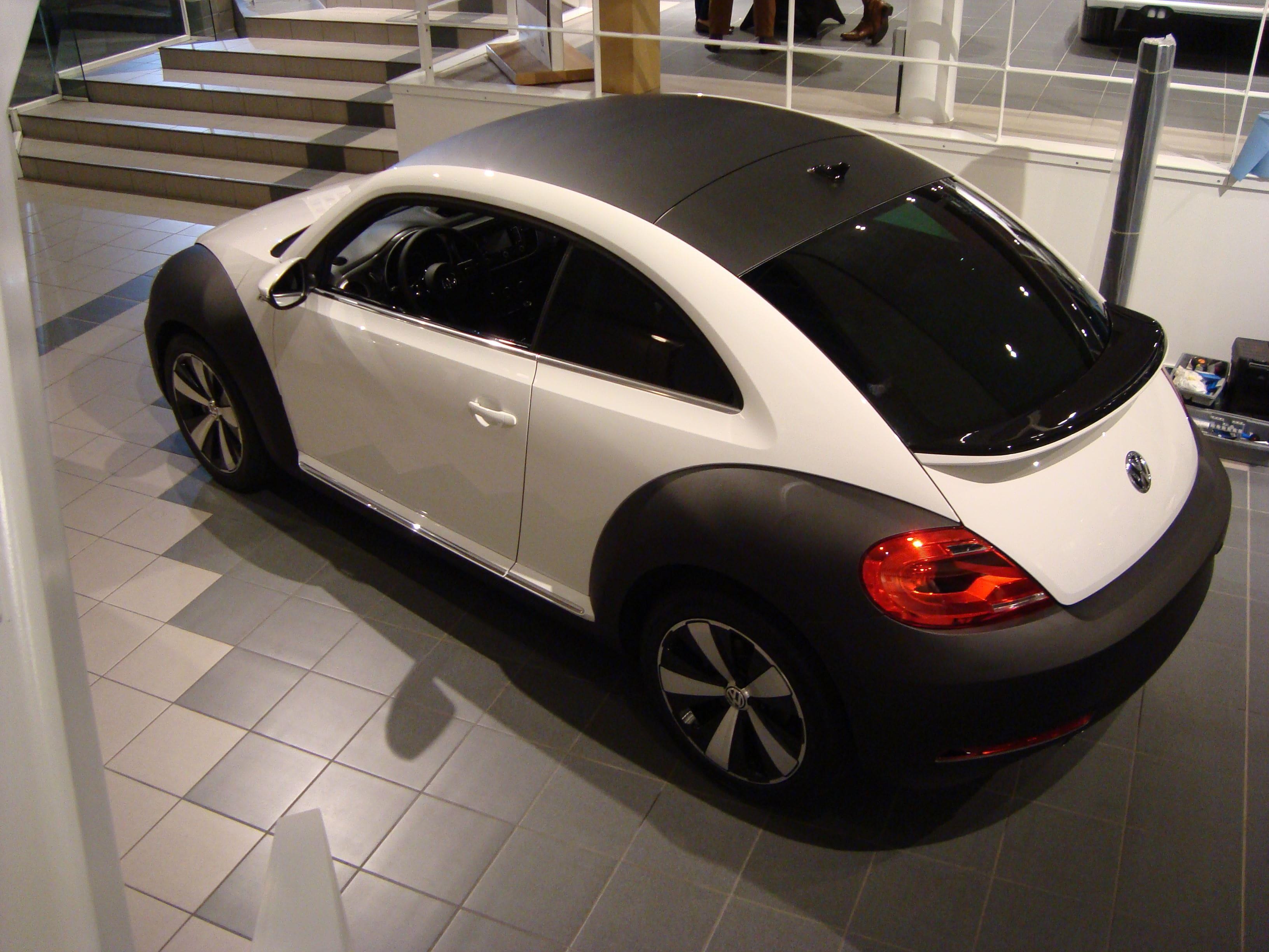 Volkswagen Beetle R-Line met een Witte Wrap met Zwarte Accenten, Carwrapping door Wrapmyride.nu Foto-nr:7290, ©2021