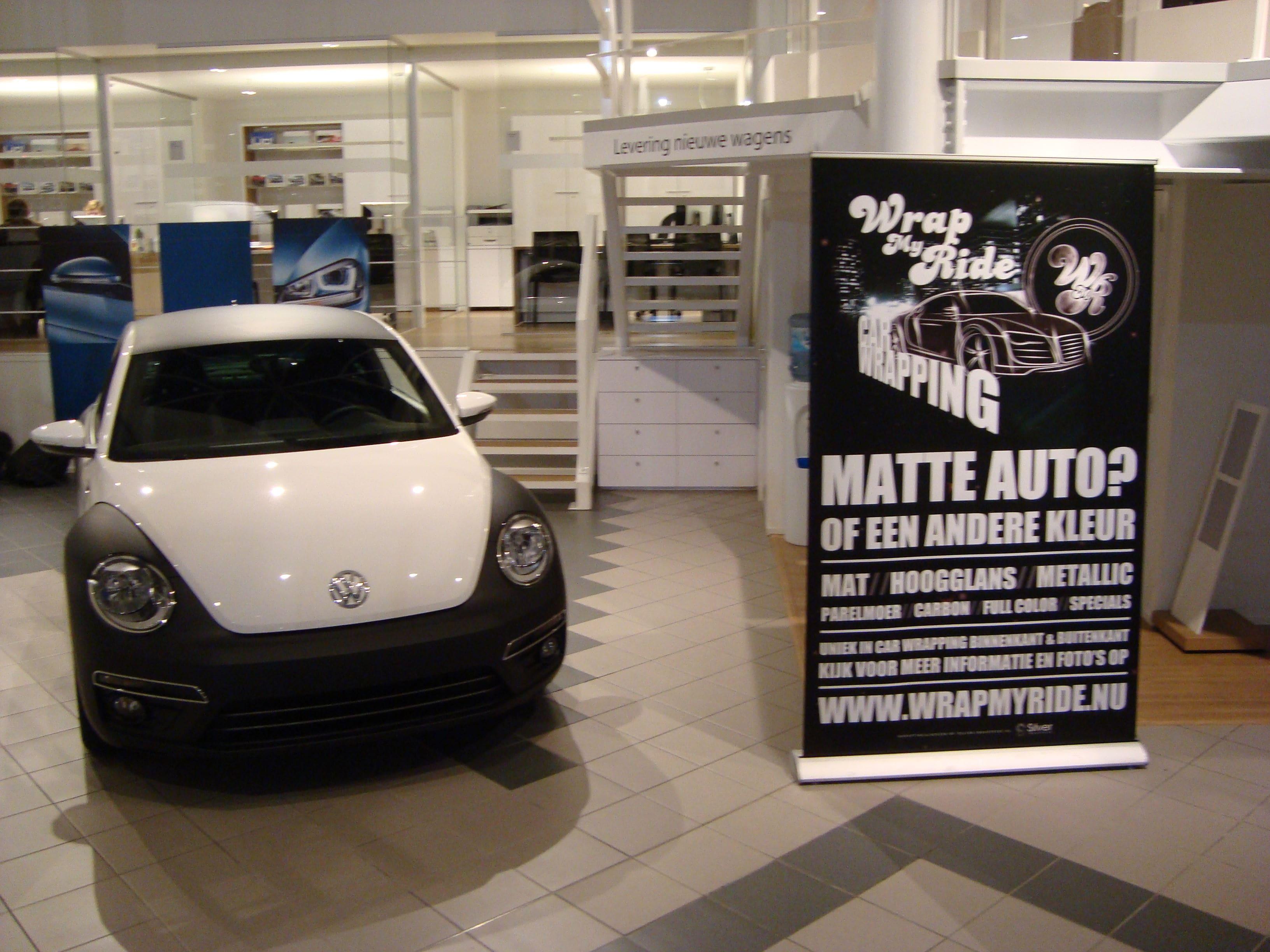 Volkswagen Beetle R-Line met een Witte Wrap met Zwarte Accenten, Carwrapping door Wrapmyride.nu Foto-nr:7291, ©2021