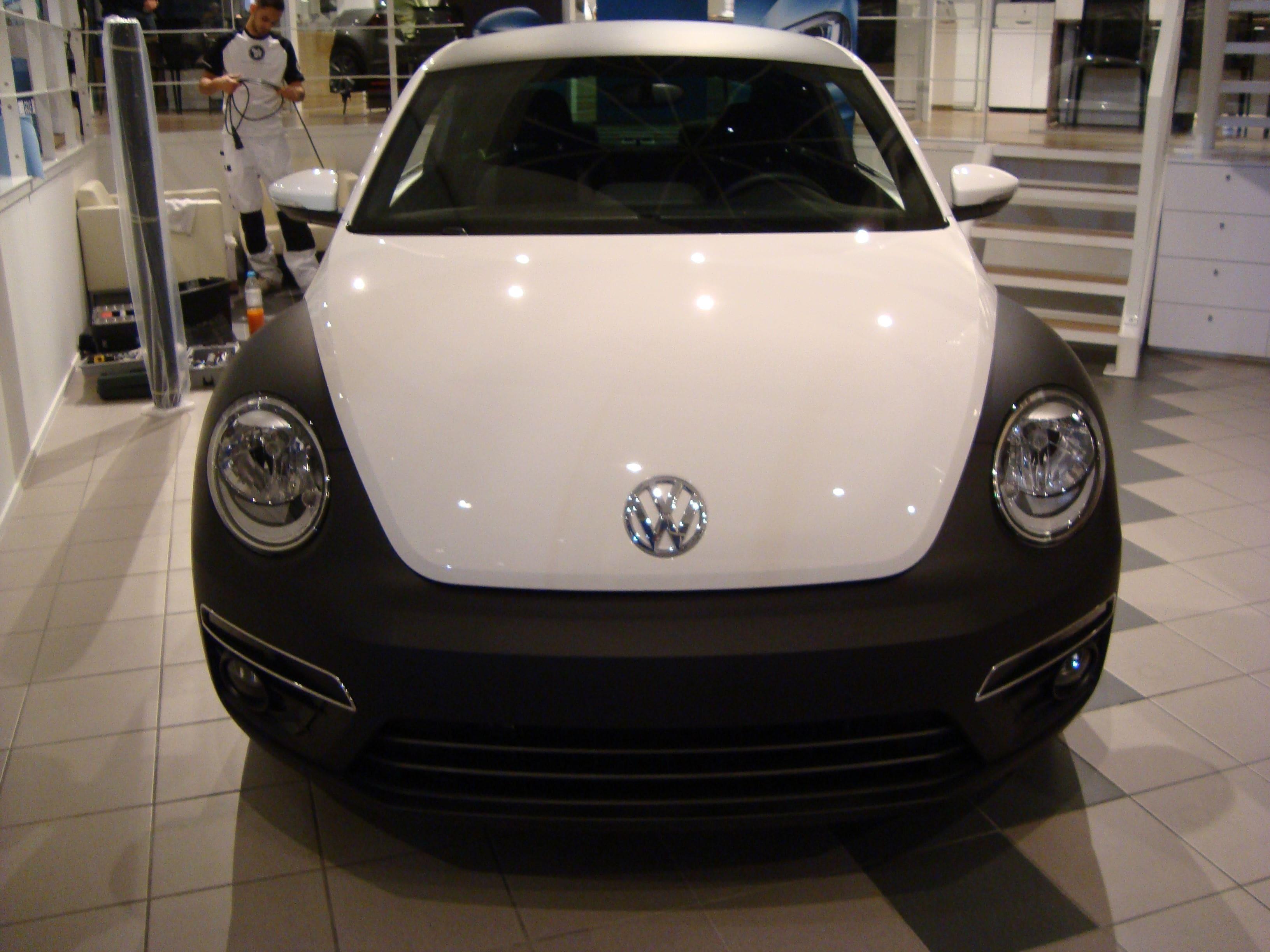 Volkswagen Beetle R-Line met een Witte Wrap met Zwarte Accenten, Carwrapping door Wrapmyride.nu Foto-nr:7292, ©2021