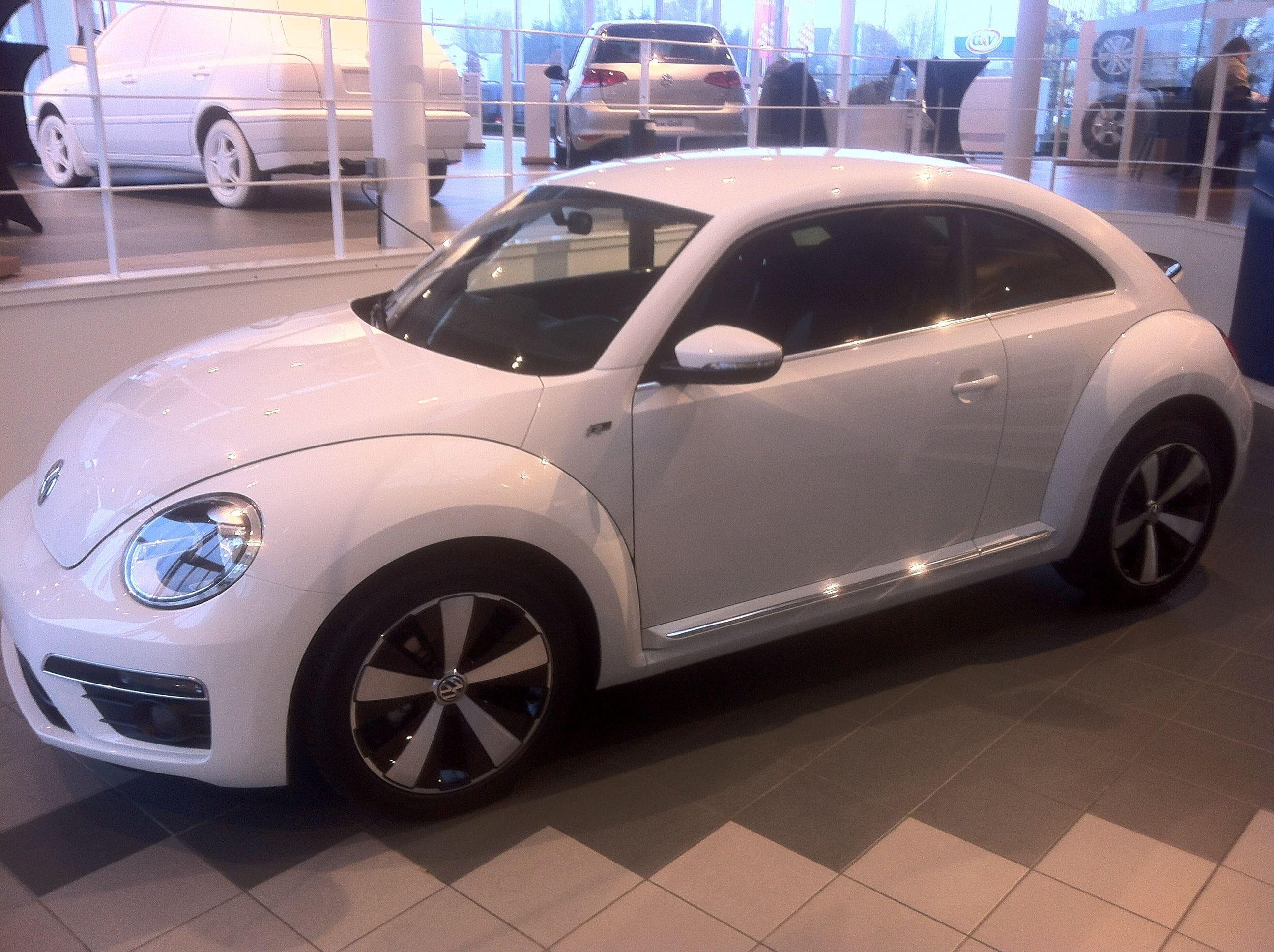 Volkswagen Beetle R-Line met een Witte Wrap met Zwarte Accenten, Carwrapping door Wrapmyride.nu Foto-nr:7293, ©2021