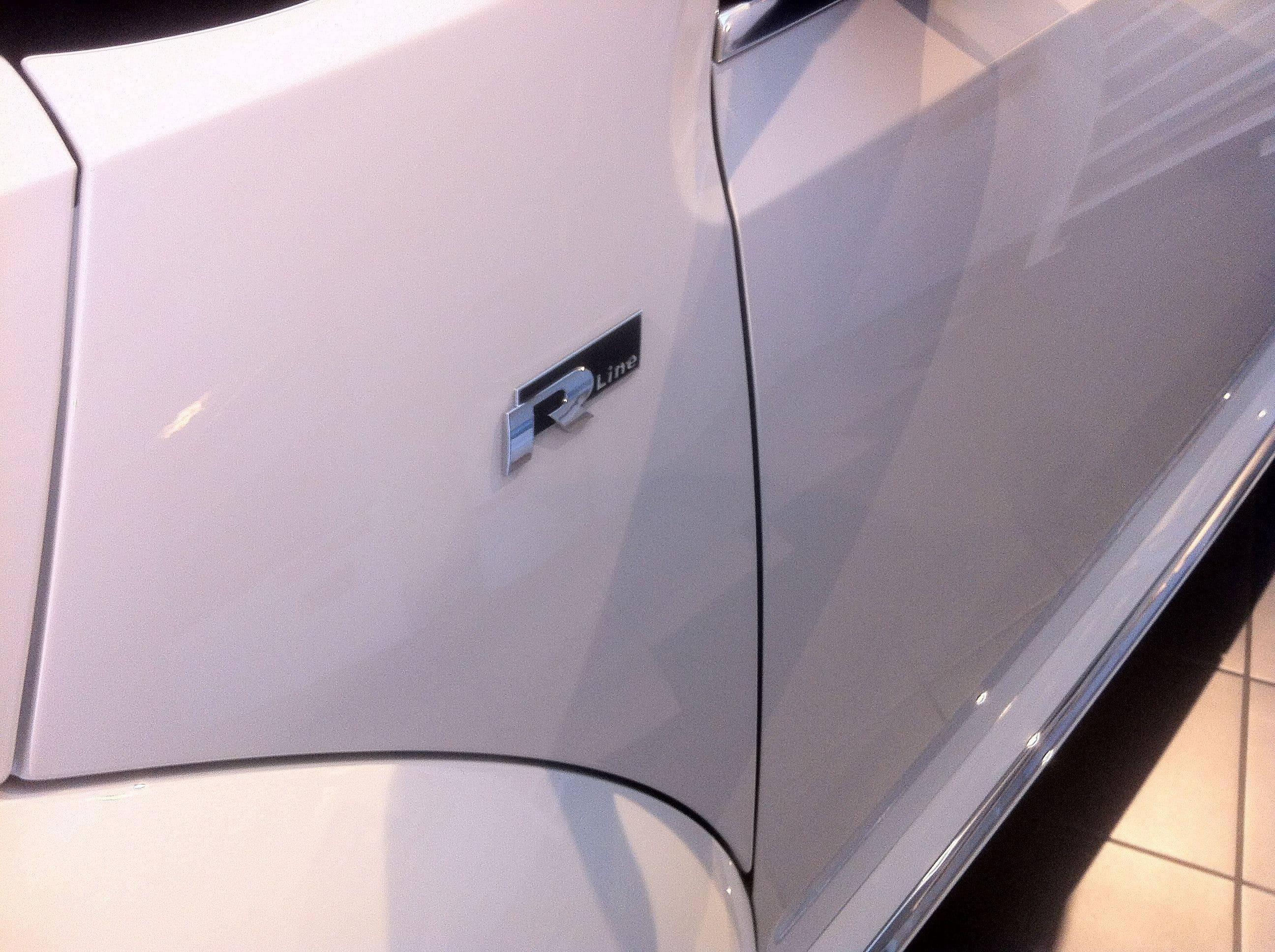 Volkswagen Beetle R-Line met een Witte Wrap met Zwarte Accenten, Carwrapping door Wrapmyride.nu Foto-nr:7294, ©2021