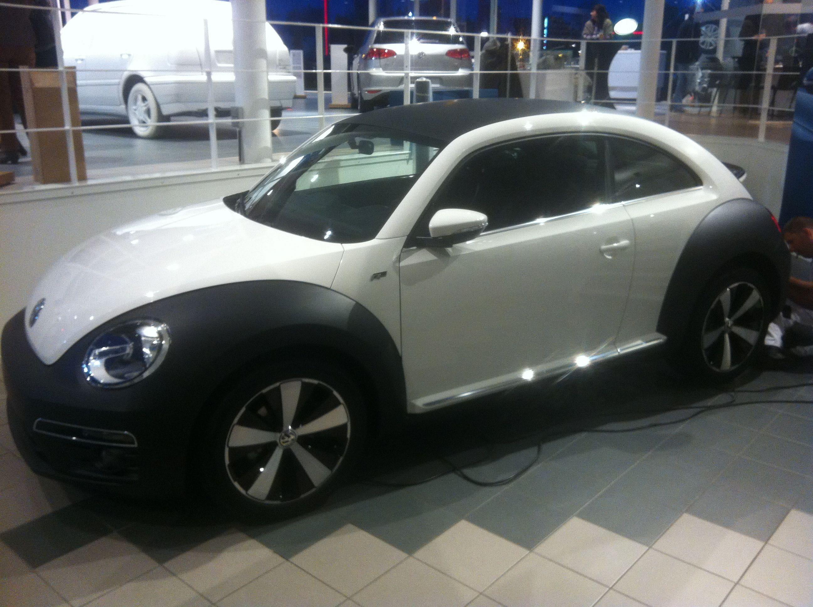 Volkswagen Beetle R-Line met een Witte Wrap met Zwarte Accenten, Carwrapping door Wrapmyride.nu Foto-nr:7295, ©2021