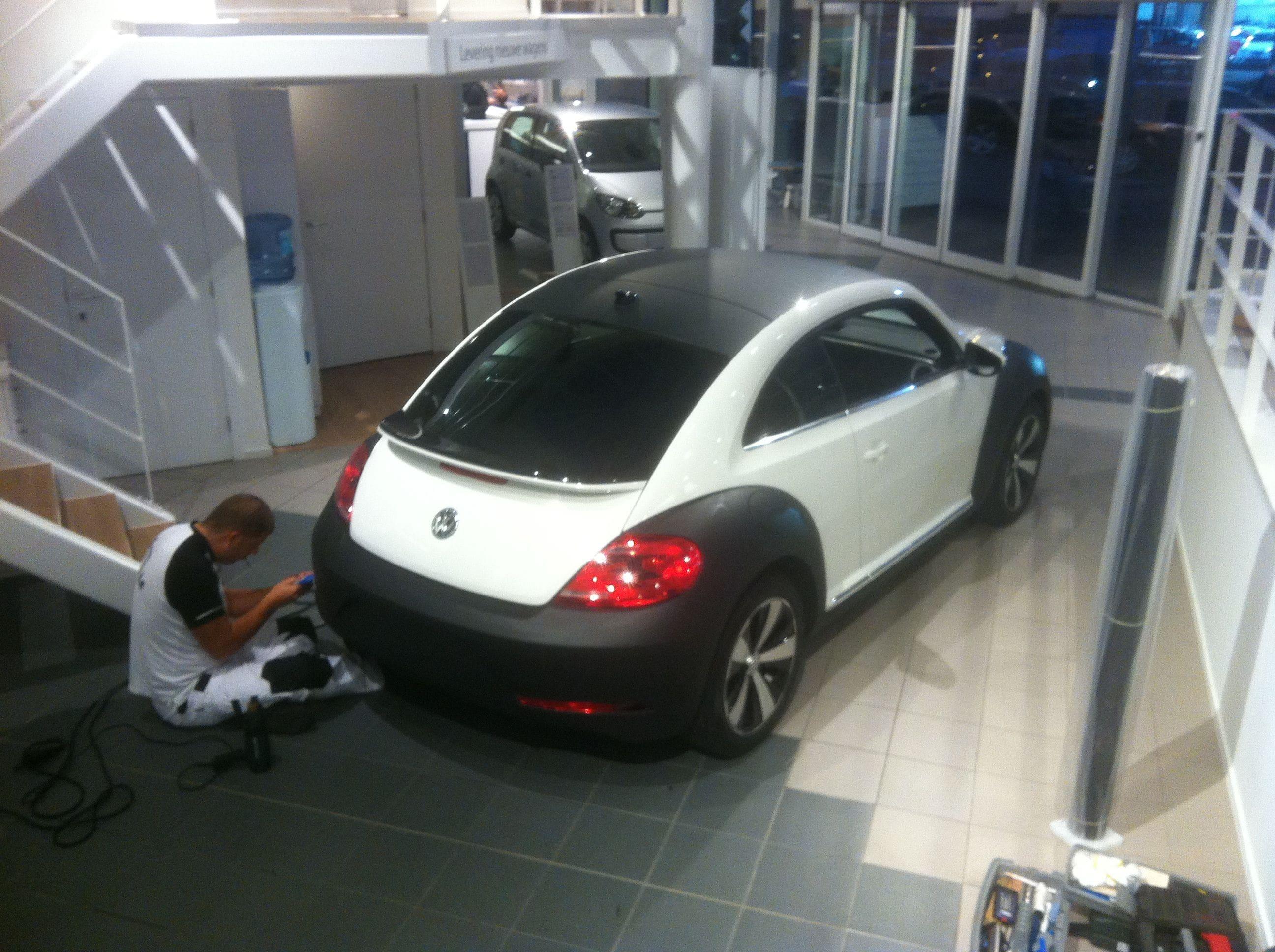 Volkswagen Beetle R-Line met een Witte Wrap met Zwarte Accenten, Carwrapping door Wrapmyride.nu Foto-nr:7296, ©2021