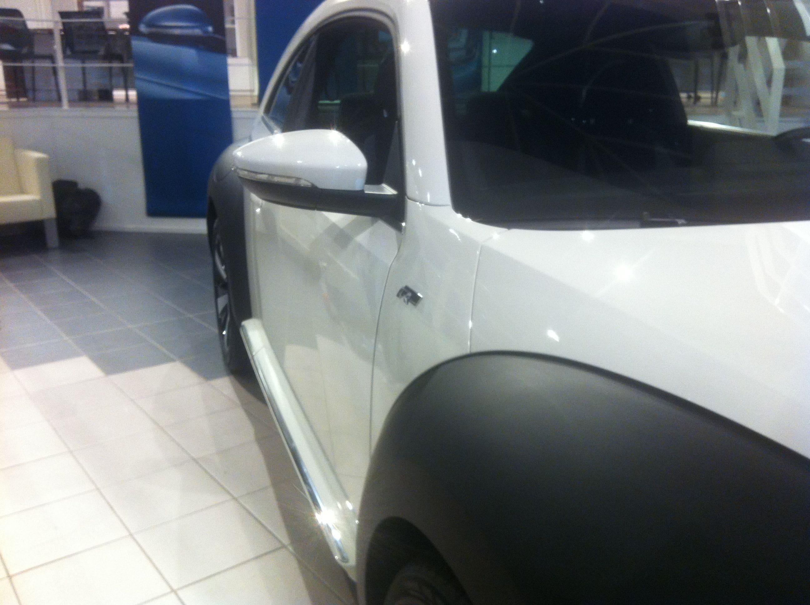 Volkswagen Beetle R-Line met een Witte Wrap met Zwarte Accenten, Carwrapping door Wrapmyride.nu Foto-nr:7298, ©2021
