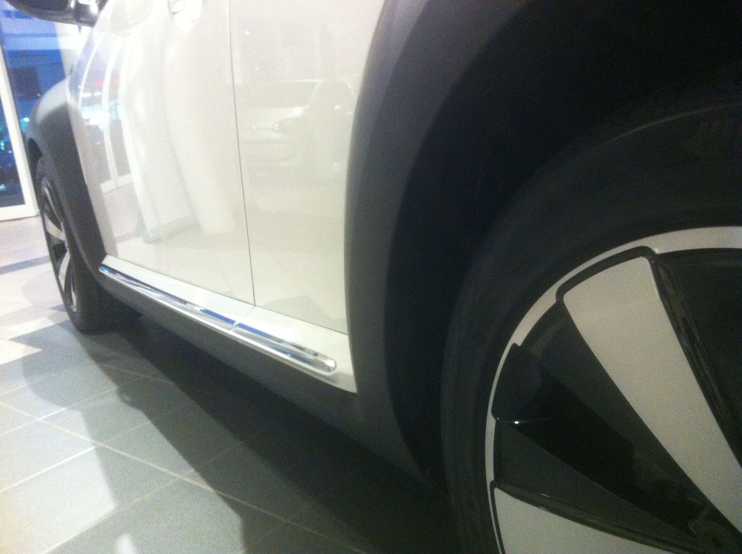 Volkswagen Beetle R-Line met een Witte Wrap met Zwarte Accenten, Carwrapping door Wrapmyride.nu Foto-nr:7301, ©2021