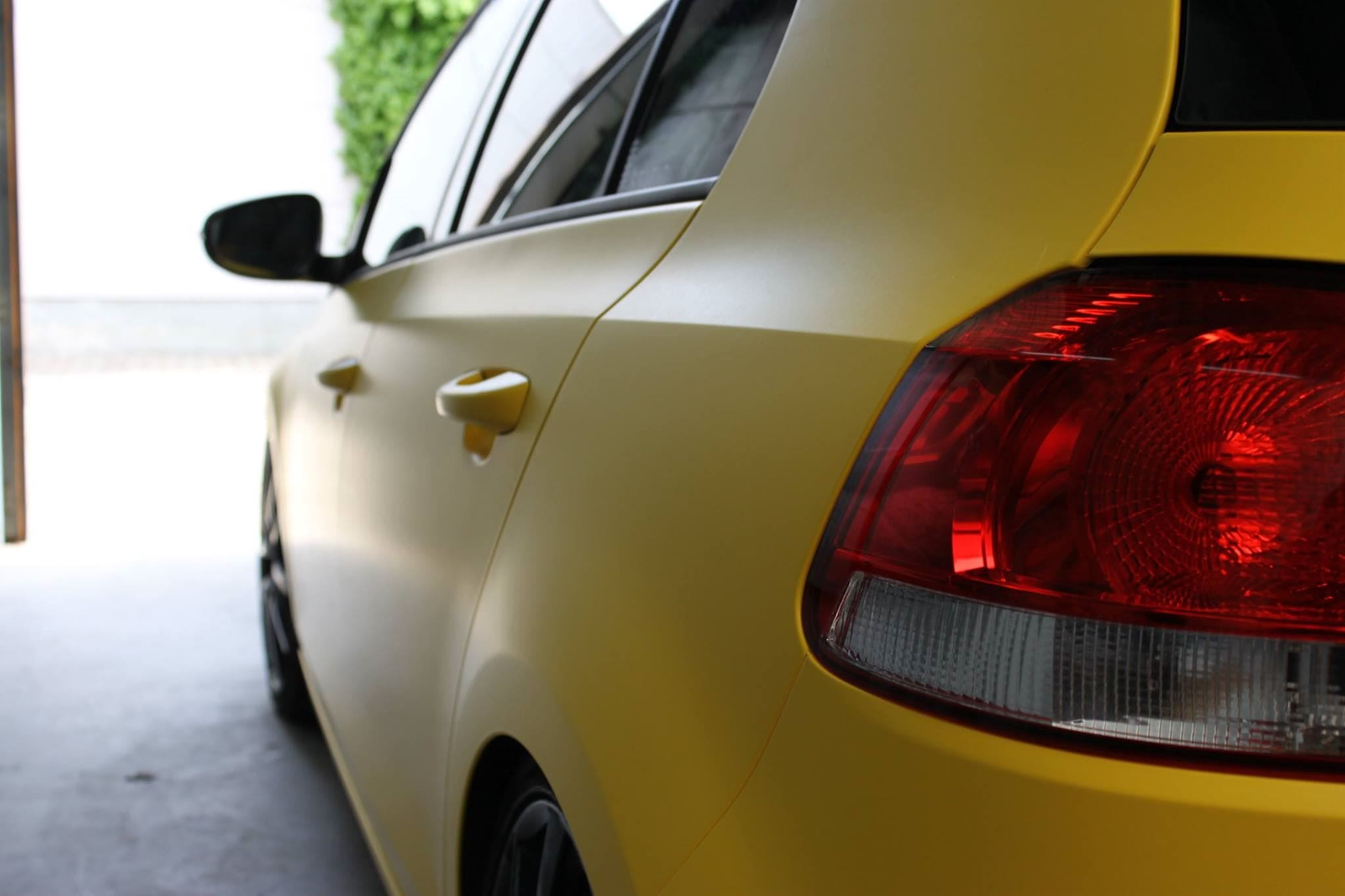 Volkswagen Golf 6 met Mat Bright Yellow Wrap voor Low Creationz, Carwrapping door Wrapmyride.nu Foto-nr:7591, ©2021