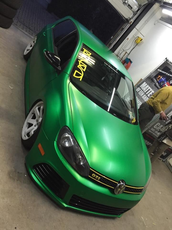 Volkswagen Golf in Satin Sheer Luck Wrap in het Groen, Carwrapping door Wrapmyride.nu Foto-nr:6993, ©2021