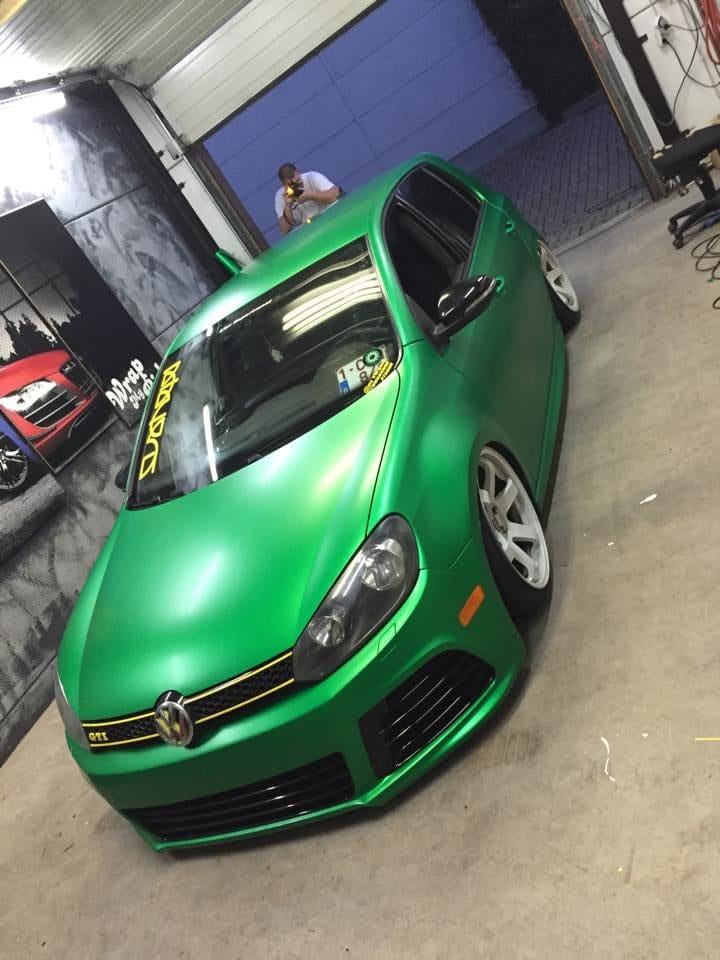 Volkswagen Golf in Satin Sheer Luck Wrap in het Groen, Carwrapping door Wrapmyride.nu Foto-nr:6995, ©2021