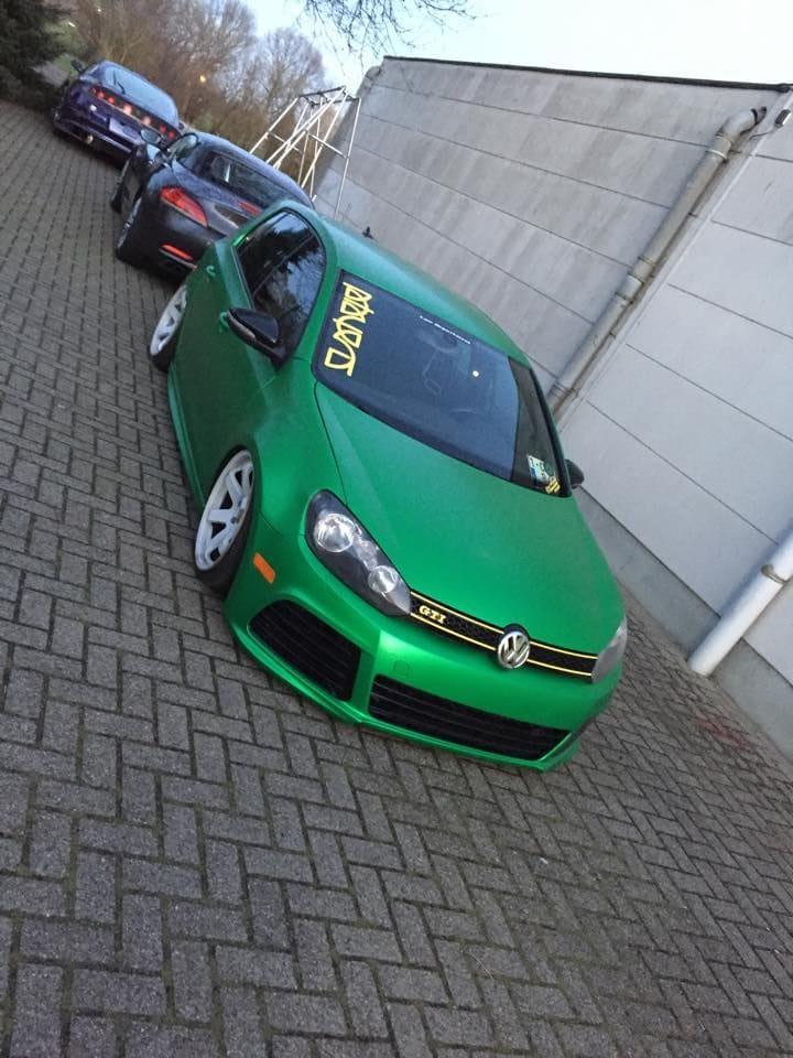 Volkswagen Golf in Satin Sheer Luck Wrap in het Groen, Carwrapping door Wrapmyride.nu Foto-nr:6997, ©2021