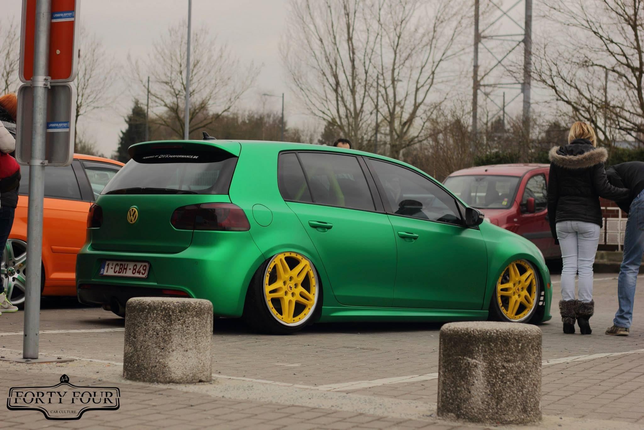 Volkswagen Golf in Satin Sheer Luck Wrap in het Groen, Carwrapping door Wrapmyride.nu Foto-nr:6998, ©2021