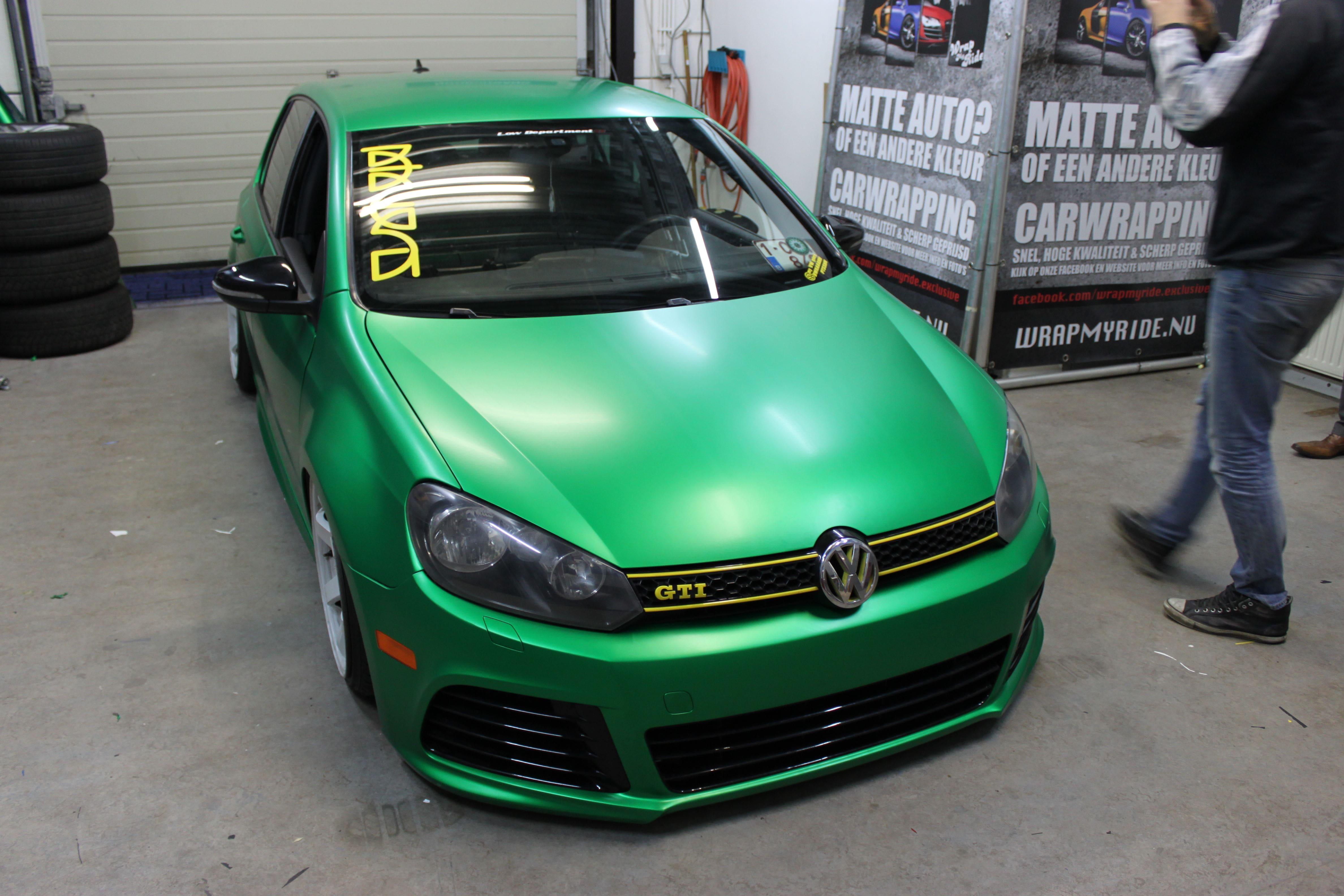 Volkswagen Golf in Satin Sheer Luck Wrap in het Groen, Carwrapping door Wrapmyride.nu Foto-nr:7000, ©2021
