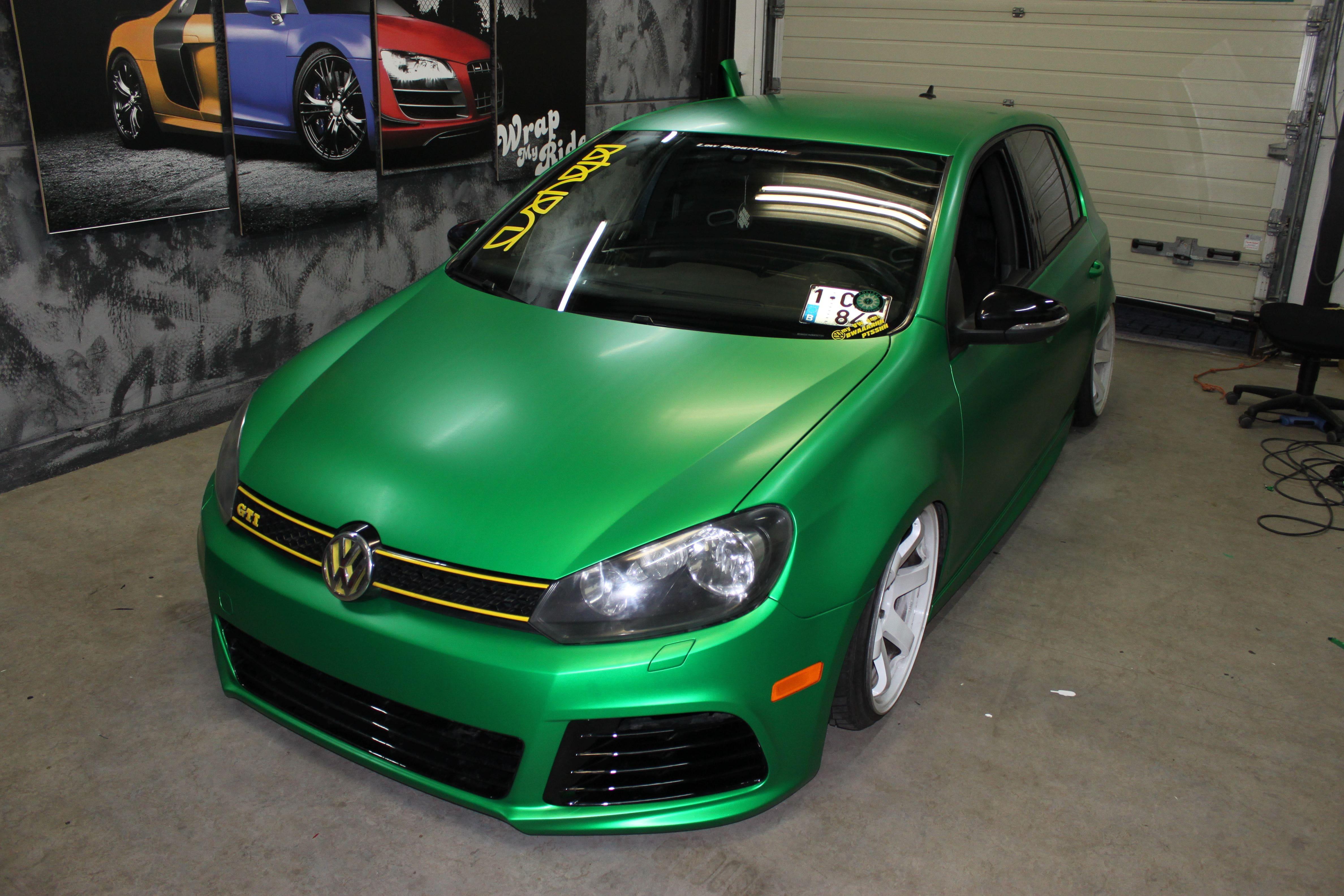 Volkswagen Golf in Satin Sheer Luck Wrap in het Groen, Carwrapping door Wrapmyride.nu Foto-nr:7001, ©2021