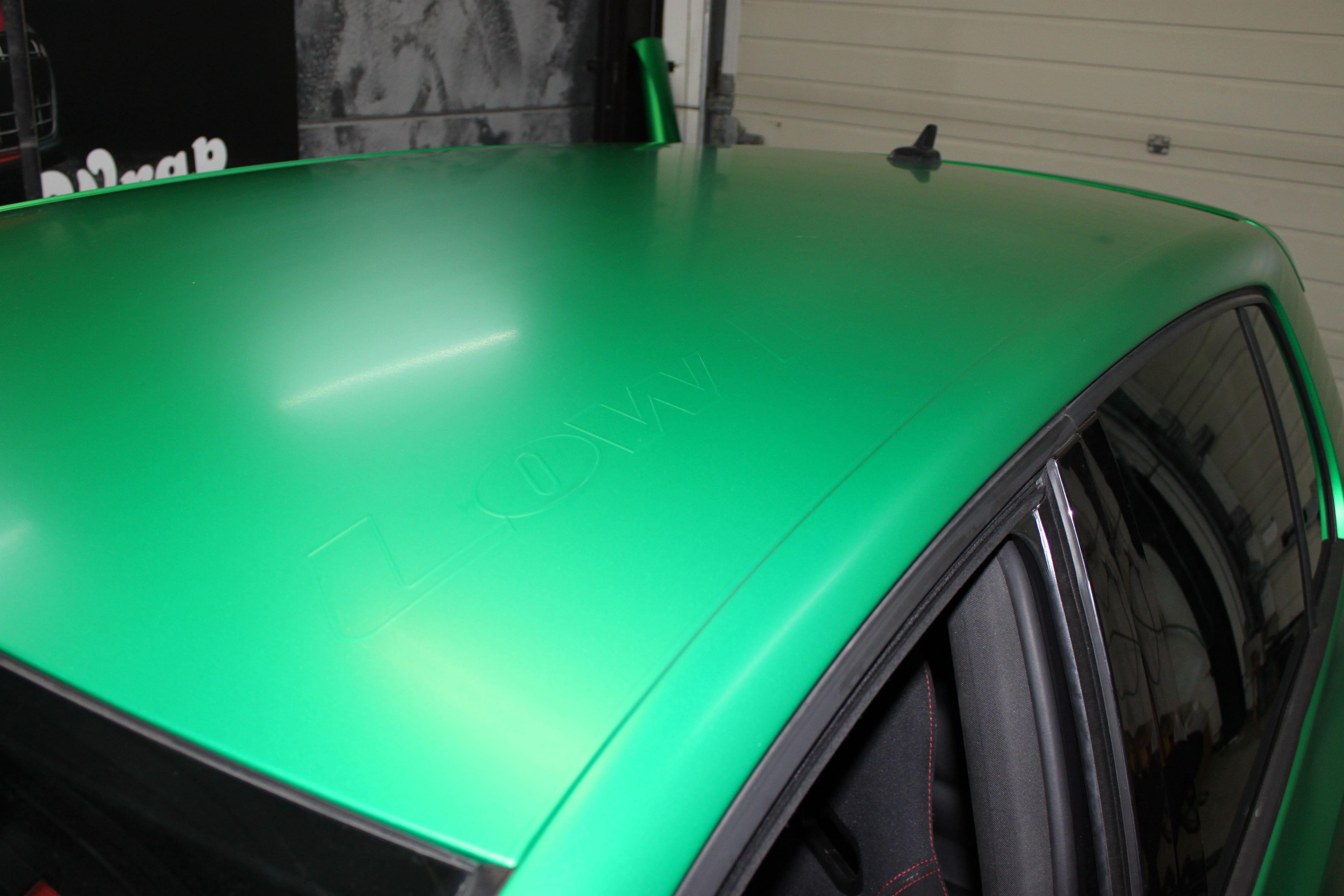 Volkswagen Golf in Satin Sheer Luck Wrap in het Groen, Carwrapping door Wrapmyride.nu Foto-nr:7002, ©2021