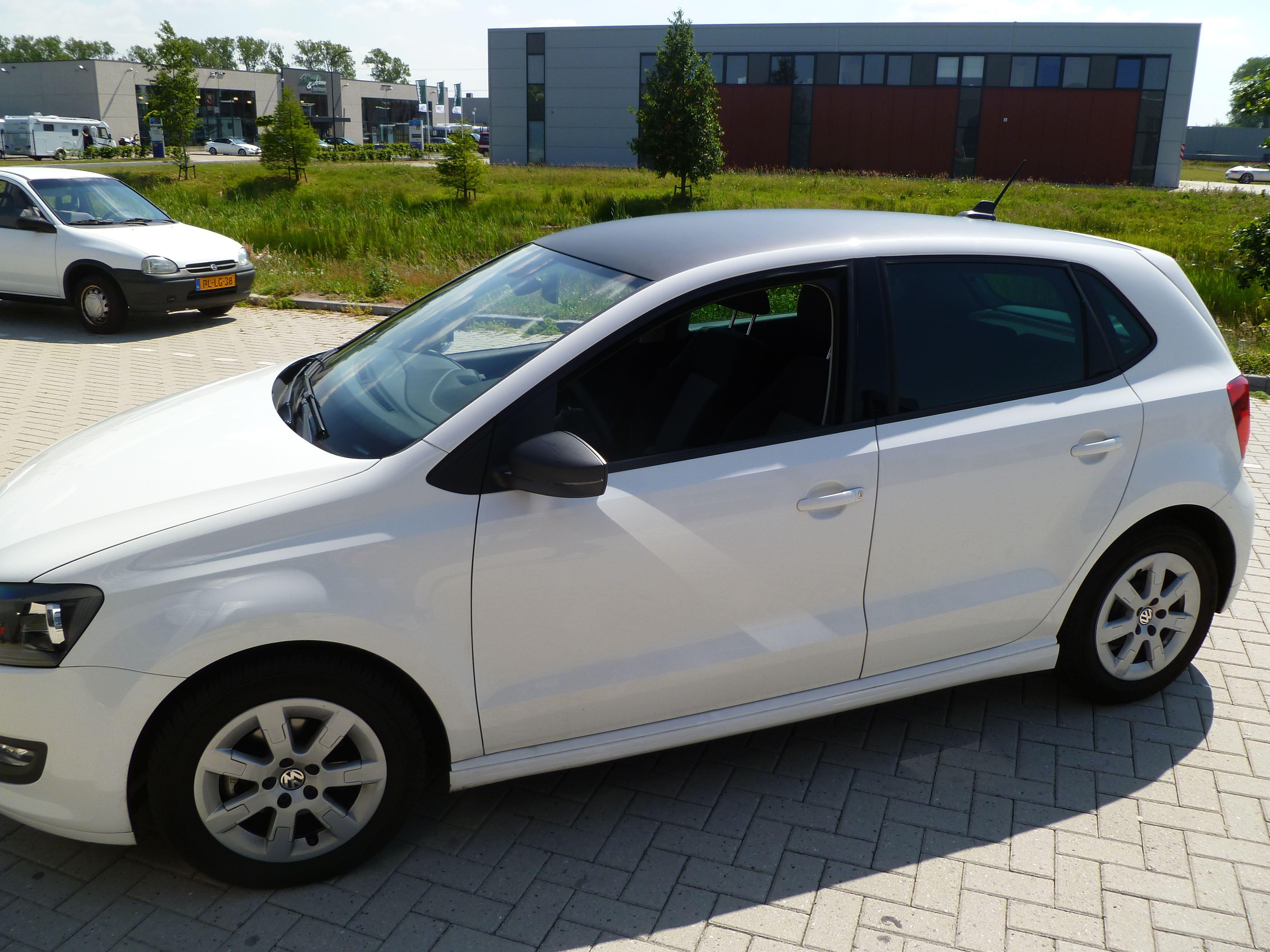 Volkswagen Polo met een witte Wrap, Carwrapping door Wrapmyride.nu Foto-nr:7318, ©2021