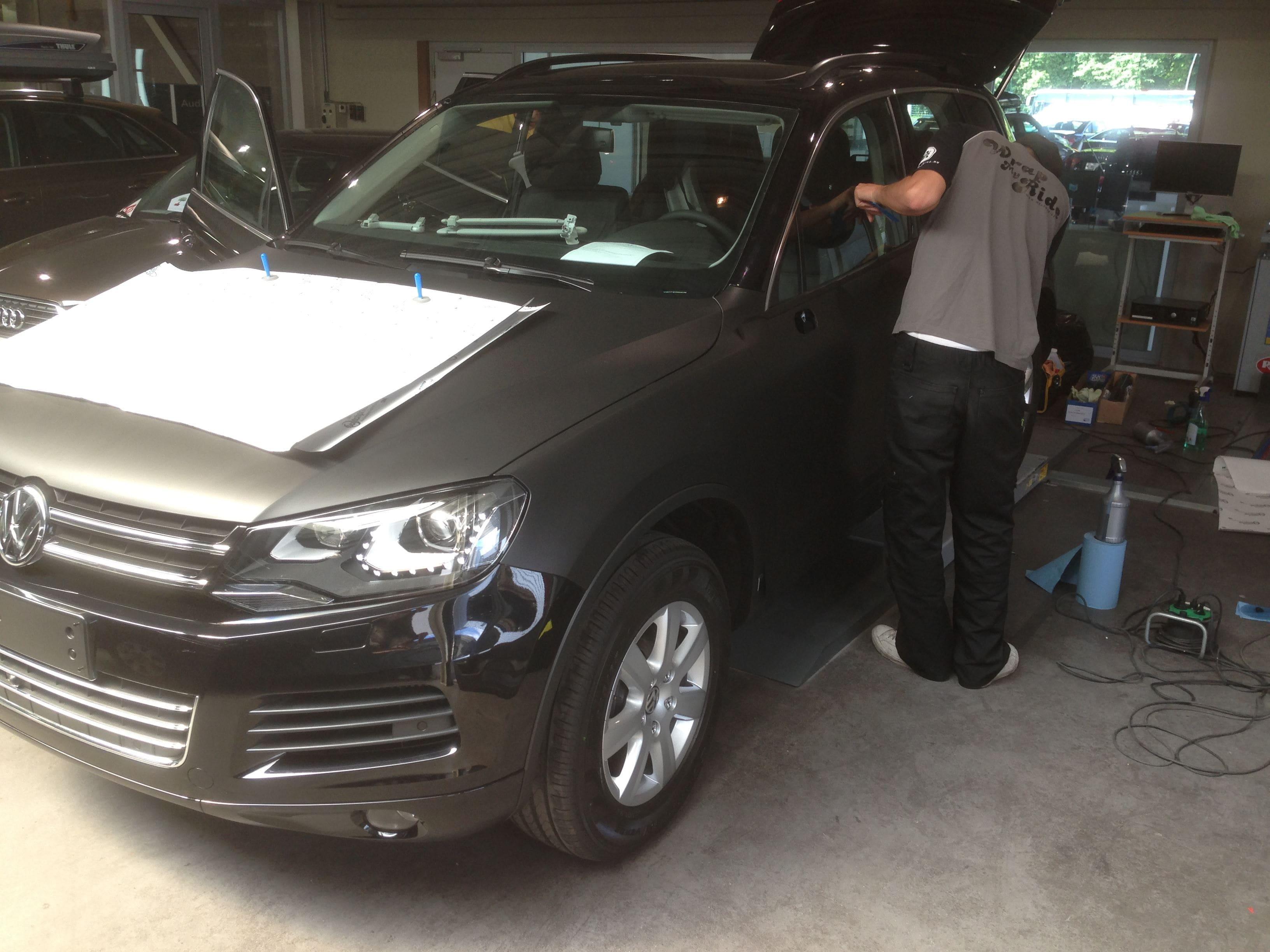 Volkswagen Touareg met een Mat Zwarte Wrap, Carwrapping door Wrapmyride.nu Foto-nr:7399, ©2020