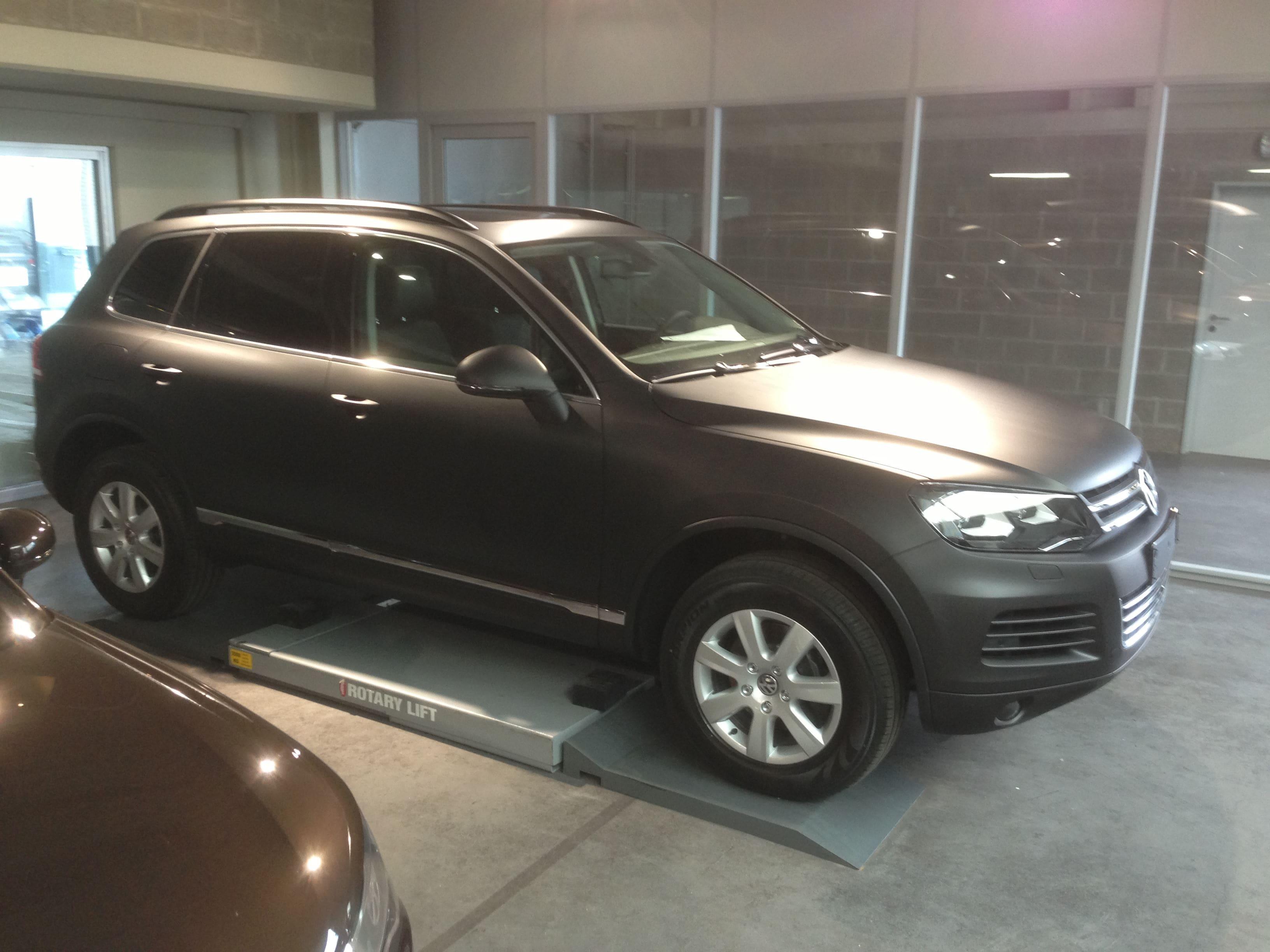 Volkswagen Touareg met een Mat Zwarte Wrap, Carwrapping door Wrapmyride.nu Foto-nr:7401, ©2020