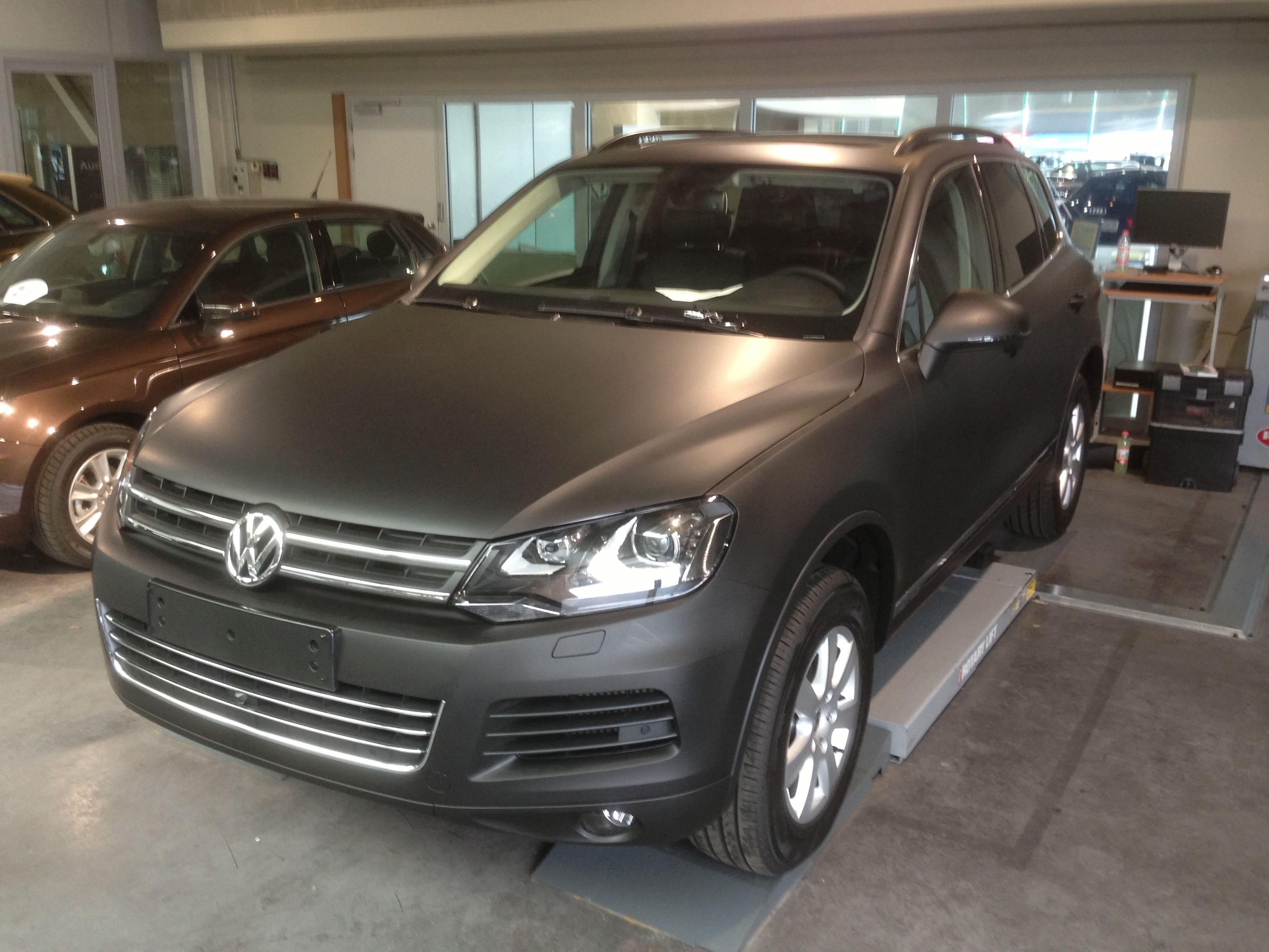 Volkswagen Touareg met een Mat Zwarte Wrap, Carwrapping door Wrapmyride.nu Foto-nr:7403, ©2020